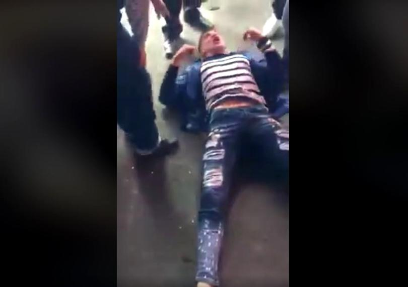 Marius Valentin Parfenie, la pământ, înainte să fie arestat după ce vătămat 10 persoane în mall-ul de la Brăila
