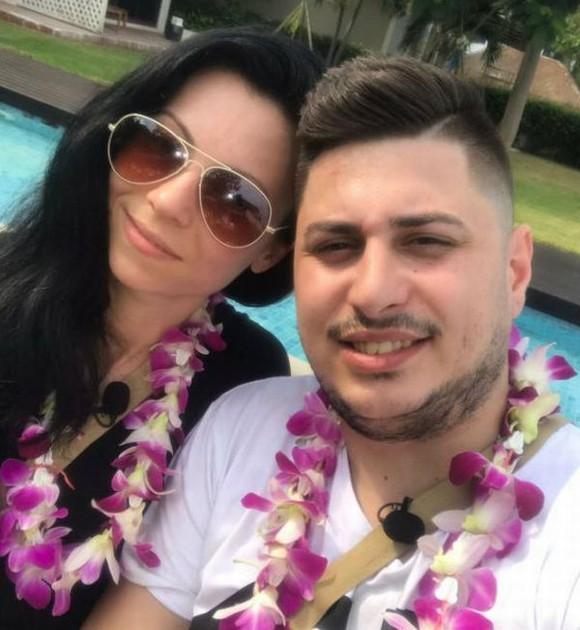 Răzvan şi Cati, în timpul unei petreceri de la Insula iubirii. Cei doi s-au fotografiat cu ghirlande de flori la gât