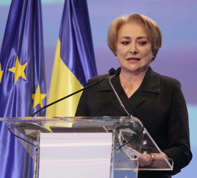 Premierul României, Viorica Dăncilă, în timpul unui discurs. Aceasta vrobteşte de la pupitru