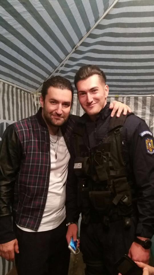Smiley alături de sosia sa de la Jandarmeria Română. Cântăreţul s-a fotografiat alături de locotenentul Florentin Băloi
