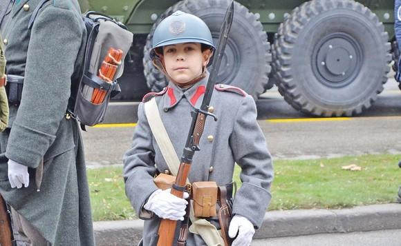 """""""Aşa am fost de mic. Mi-au plăcut armele, uniformele. Am prin casă tot felul de caschete, puşti, săbii şi îmi place să dau onorul"""", spune Ștefan, micuțul militar"""