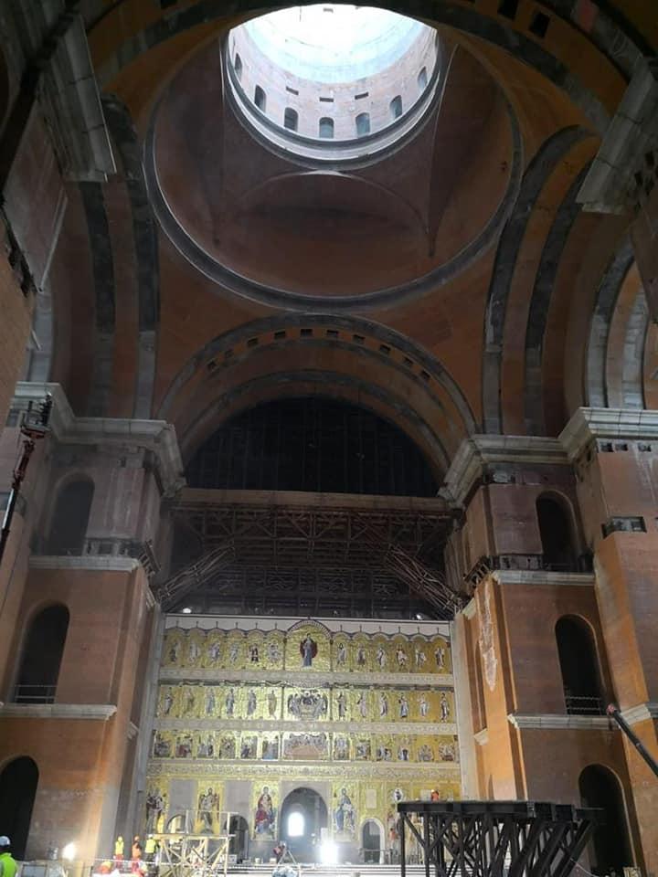 Aşa arată în interior Catedrala Mântuirii Neamului. Fotografie cu altarul
