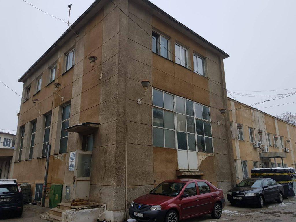 Aceasta este clădirea de la Obor în care anagajatul RATB a murit electrocutat la 10.000 de volti. Sursa: Libertatea