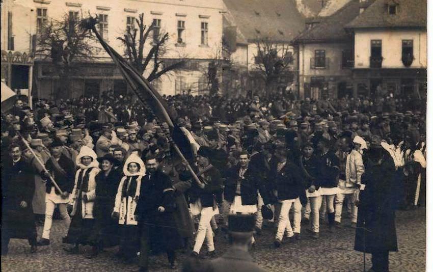 Ziua Națională din 1 decembrie 1918 a strâns din toate șinuturile românești zeci de mii de oameni entuziasmați de Marea Unire care dădea naștere României Mari