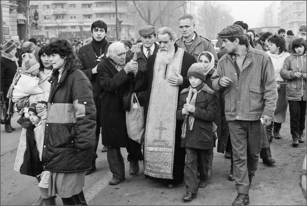 Fotografie-document la 29 ani de la Revoluția din 1989.: Părintele Galeriu între manifestanții anti-regim pe 22 decembrie, dimineața, înainte de fuga lui Ceaușescu! A urmat măcelul post-revoluționar...