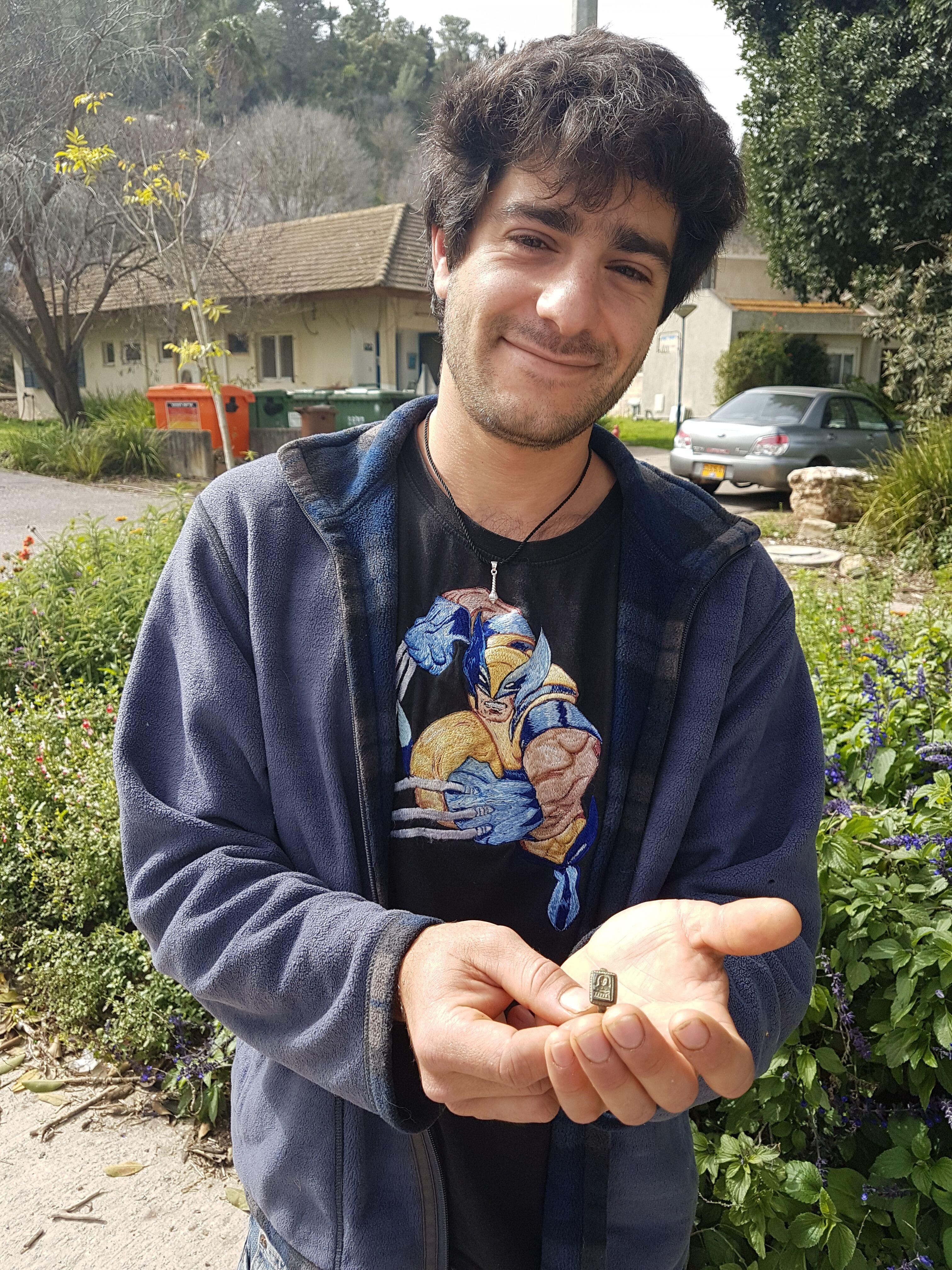 Inelul cu Sfântul Moș Nicolae a fost găsit de Dekel Ben-Shitrit, un grădinar de 26 de ani dintr-un chibuț din nordul Israelului, Moshav Yogev, în timp ce săpa în grădina comunității