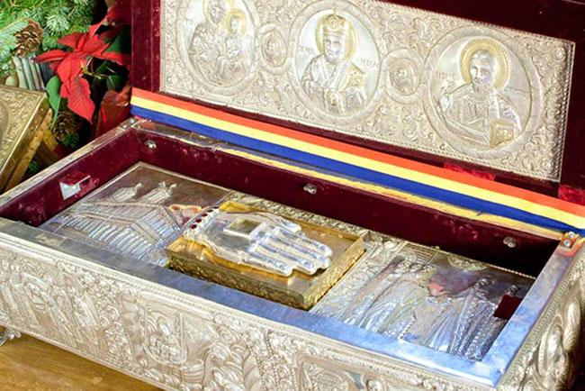 Mâna dreaptă a Sfântului Nicolae este la biserica Sfântul Gheorghe Nou din centrul orașului, aflată la kilometrul zero al României, ferecată în argint ales, împodobită cu diamanturi