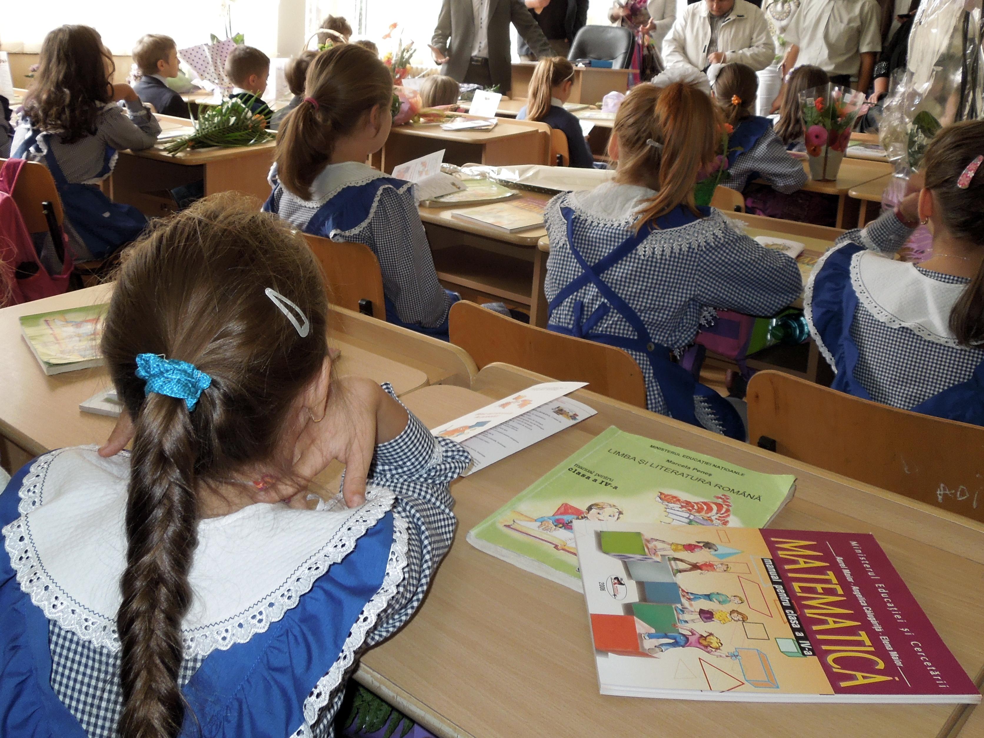 Fotografie realizată într-o şcoală din România, în prima zi a anoului an şcolar