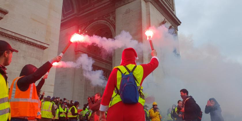 """Arcul de Triumf, vandalizat  După ce manifestanții """"vestelor galbene"""" au distrus magazinele, mașinile din centrul Parisului, aceștia au devastat și Arcul de Triumf. De la ora 5 dimineața, au năvălit huliganii, extremiștii de dreapta și grupuri de mascați în negru, care au distrus monumentul care adăpostește mormântul soldatului necunoscut."""
