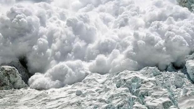Avalanșă masivă la Bâlea Lac. Căsuțele din lemn ale comercianților au fost rupte