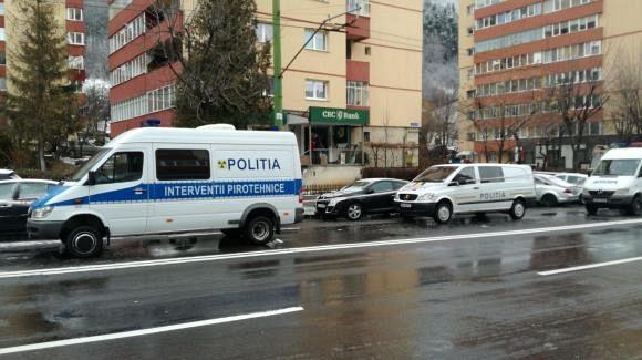 Imagini de la faţa locului, acolo unde un bancomat a fost aruncat în aer