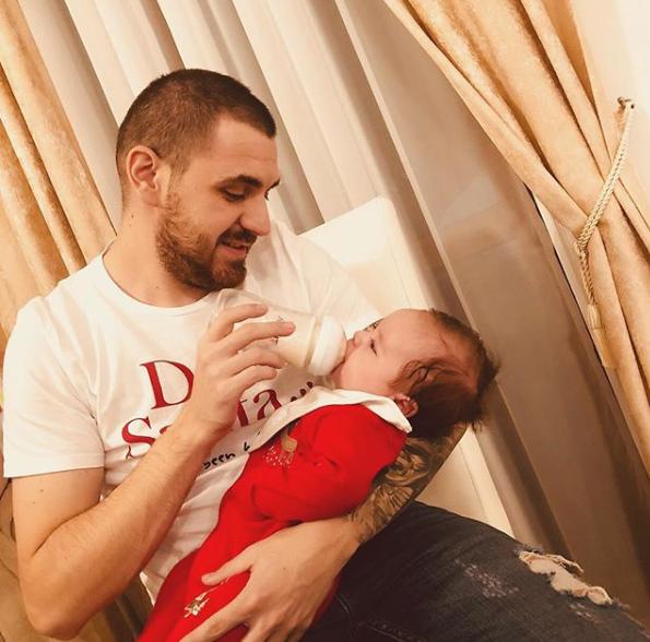 Soțul lui Betty Salam alături de copilul lor
