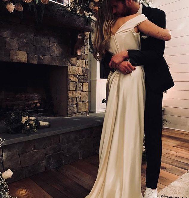 Miley Cyrus, alături de soţul său, Liam Hemsworth, în ziua nunţii