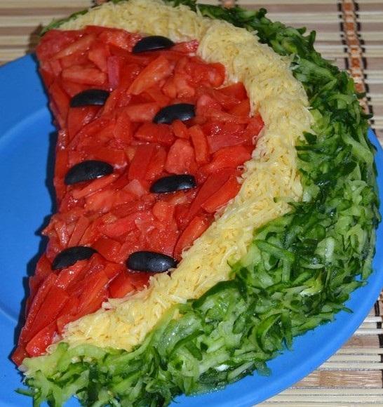 """Salata """"Felie de pepene roșu"""" va domina antreurile de pe masa de Revelion prin aspectul ei proaspăt și apetisant"""
