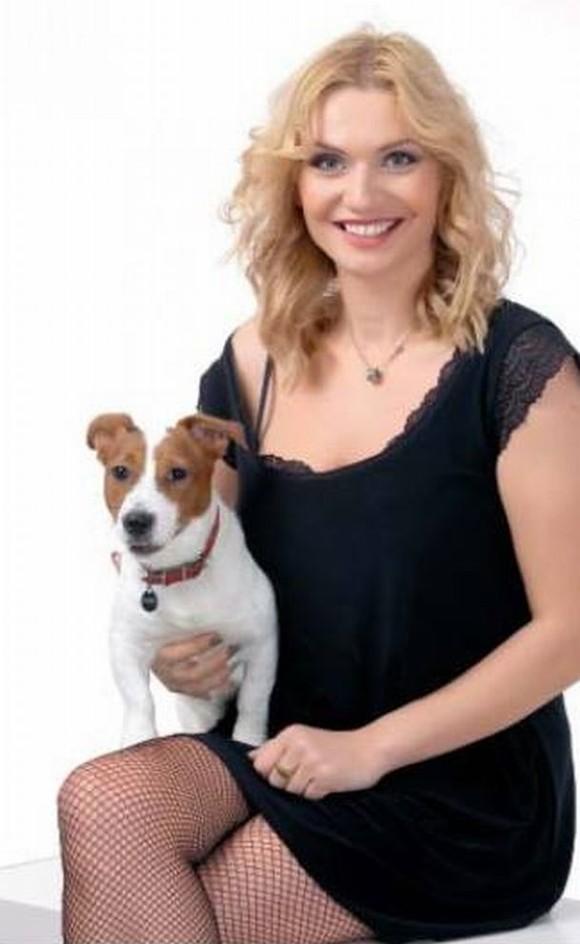 Cristina Cioran se fotografiază zâmbind, alături de un căţel