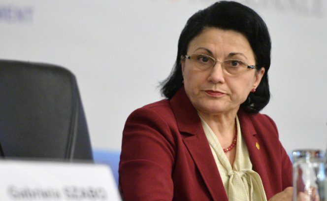 Ministrul Educaţiei, Ecaterina Andronescu, îşi aranjează ochelarii