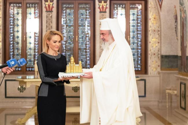 Gabriela Firea alături de Patriarhul Daniel și de macheta Catedralei Mântuirii Neamului din cristal