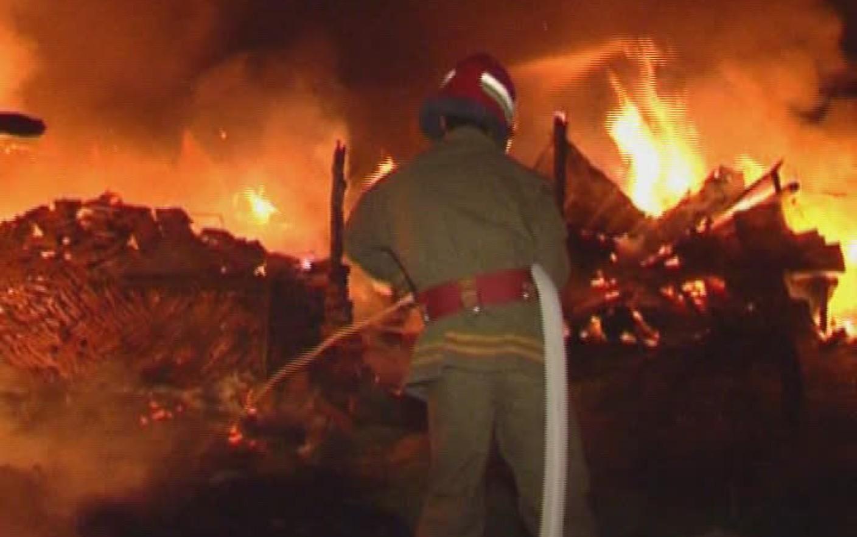 Un pompier intervine la stingerea incendiului