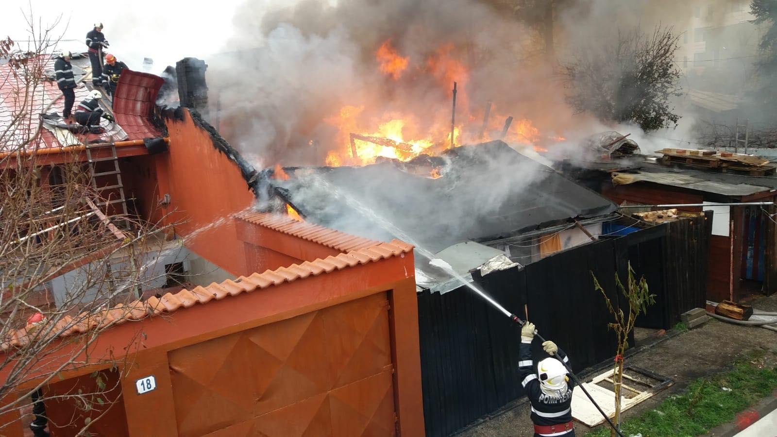 Imagine de la incendiul din Bucureştii Noi, cu intervenţia pompierilor