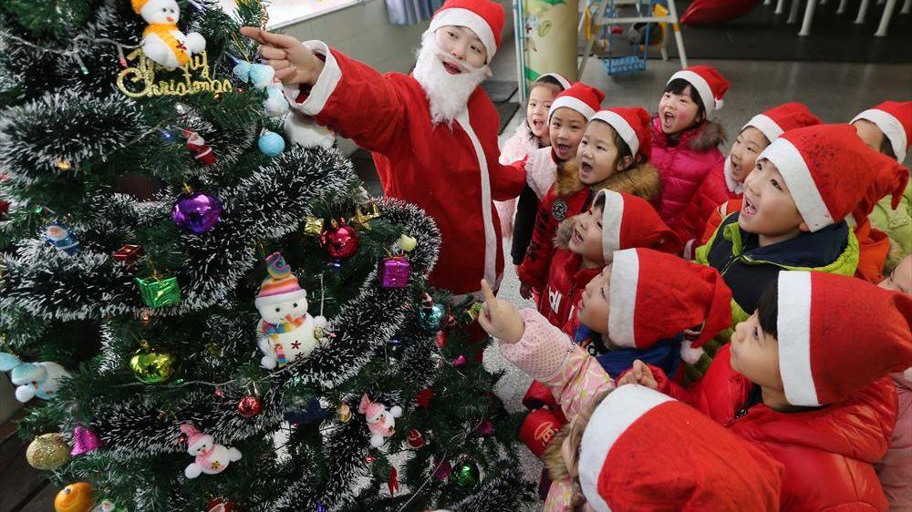 Crăciunul îi supără tare pe conducătorii Chinei comuniste, dar îi încântă pe copii chinezi, care se bucură de Moș Crăciun ca orice copii din alte țări