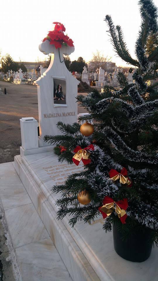 La mormântul Mădălinei Manole, în cimitirul din Ploiești, a apărut un brăduț împodobit