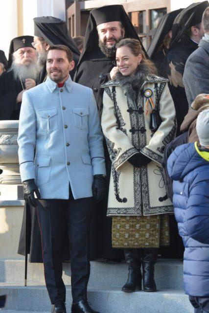 Așa s-au prezentat Principele Nicolae și Alina binder, soția sa, la parada de la Alba Iulia.