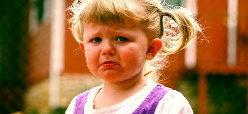 """O educatoare din Focșani a strâns de gât un copil și l-a lovit, pentru că """"nu a fost cuminte"""""""