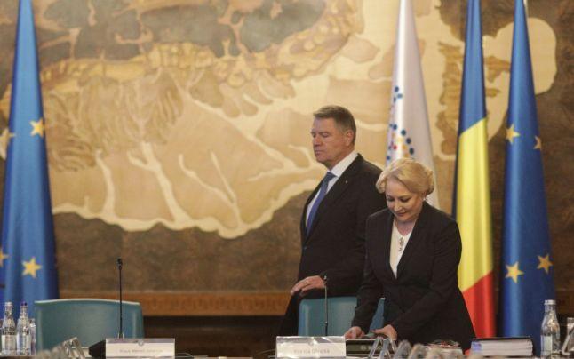 Klaus Iohannis alături de Viorica Dăncilă, în şedinţa de Guvern,