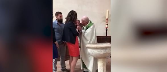 Preotul încercând să aplaneze situația și să-i facă pe cei aflați la botez să creadă că nimic nu s-a întâmplat