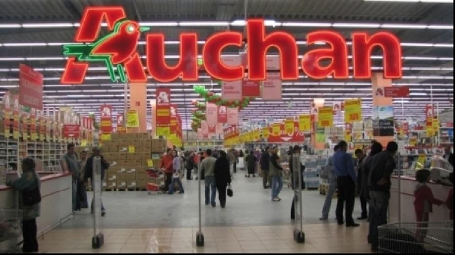 Auchan a deschis primul hipermarket în România pe 7 noiembrie 2006, în București, în cartierul Titan. Acum mai are 7 magazine în București