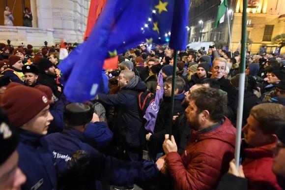 Proteste de amploare, la Budapesta, din cauza noii legi a muncii