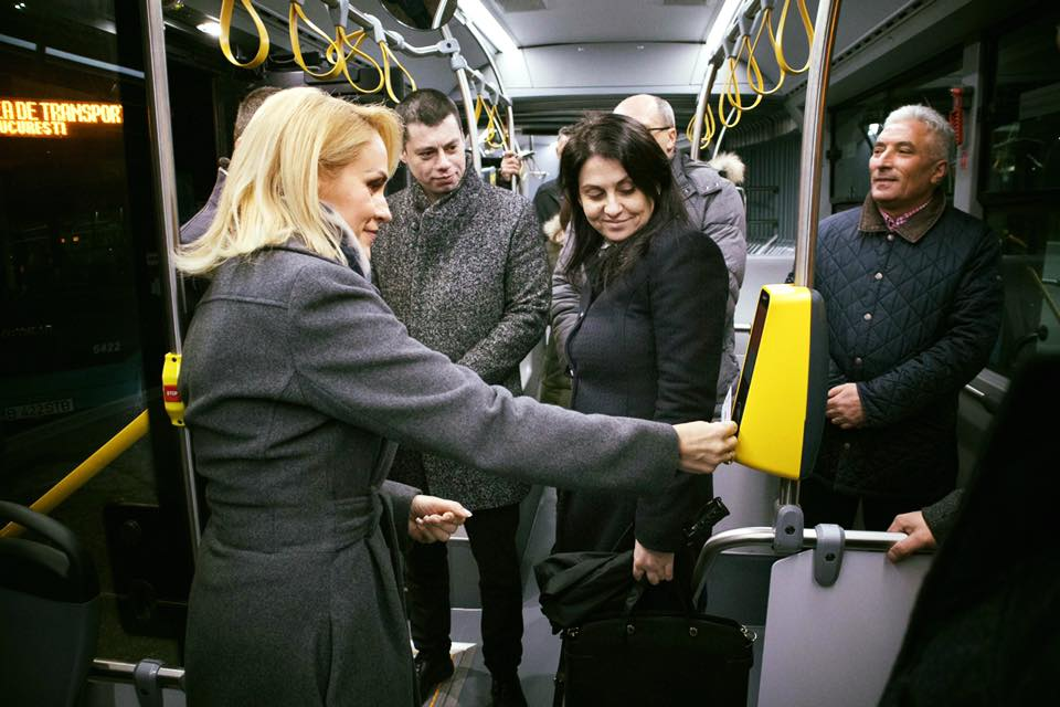 Gabriela Firea a fost fotografiată atunci când s-a urcat pentru prima dată în autbuzele Otokar