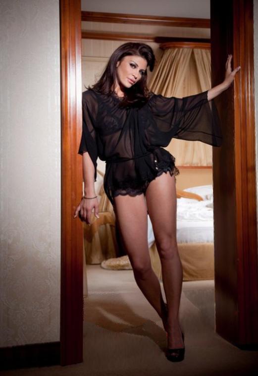 """Andreea Cosma este cunoscută drept """"sexy deputata"""", după ce a pozat îmbrăcată îmbrăcată sumar"""