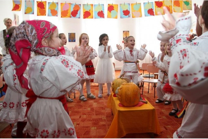 Reacția conducerii grădiniței din Buzău, unde o fetiță ar fi fost dată afară de la serbare pentru că nu avea costum popular