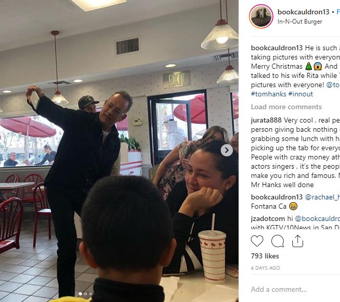 Tom Hanks făcând poze cu clienții cărora le-a plătit consumația