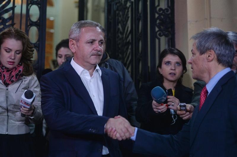 Liviu Dragnea şi Dacian Cioloş îşi dau mâna pe holurile Parlamentului