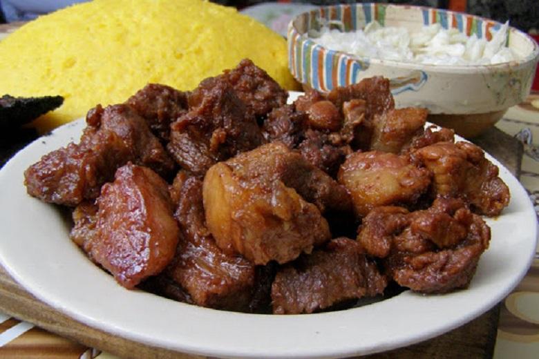 Tradiții și obiceiuri de Ignat: Pomana porcului este obligatorie! Carne proaspătă, mămăligă și țuică fiartă!