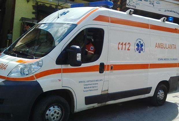 Ambulanţa transportă un bărbat bătut de nevastă din judeţul Botoşani