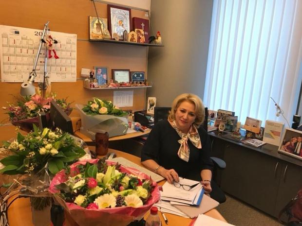 Viorica Dăncilă, premierul României, fotografiată în biroul său