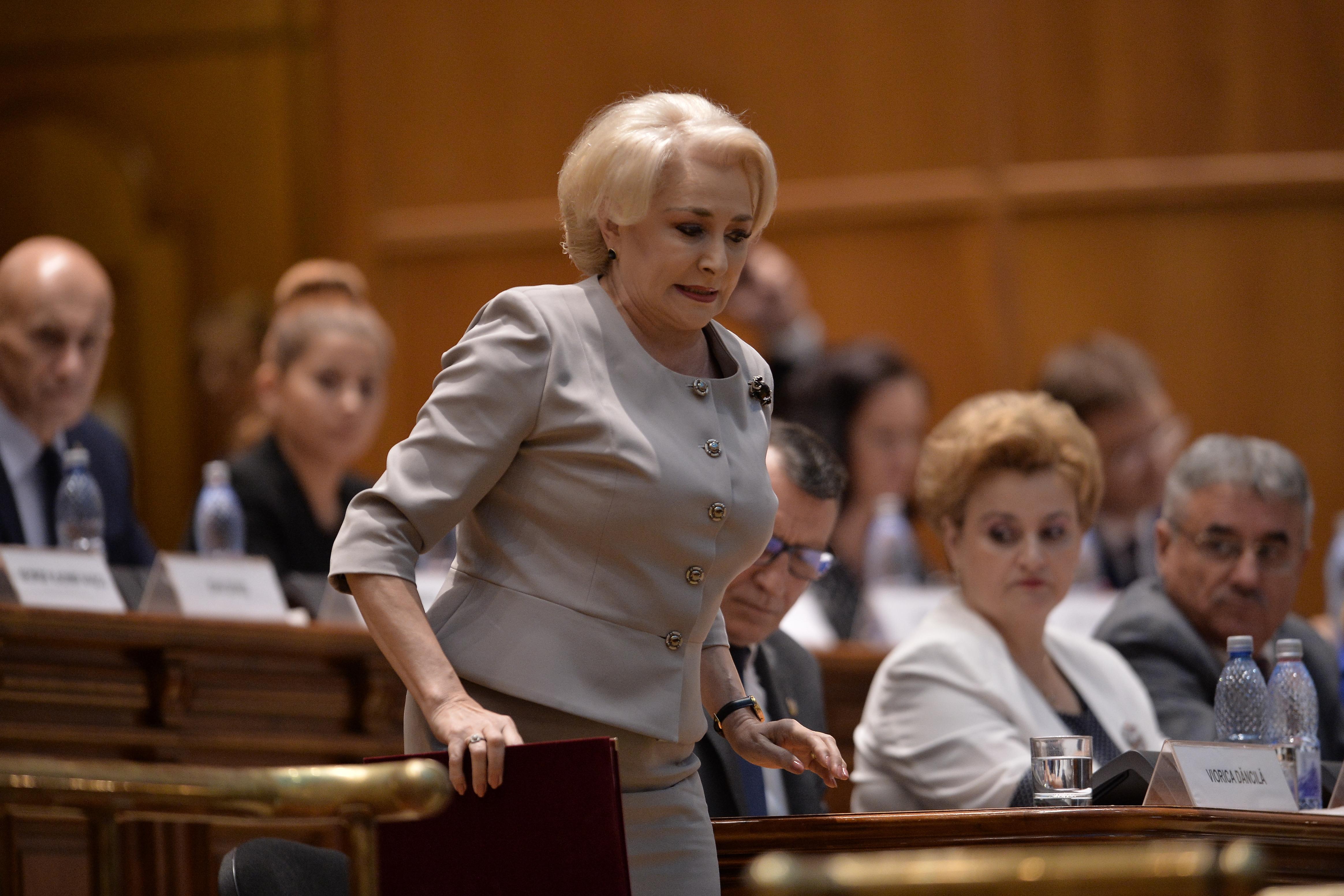Viorica Dăncilă pregătindu-se să susțină discursul din plenul Parlamentului