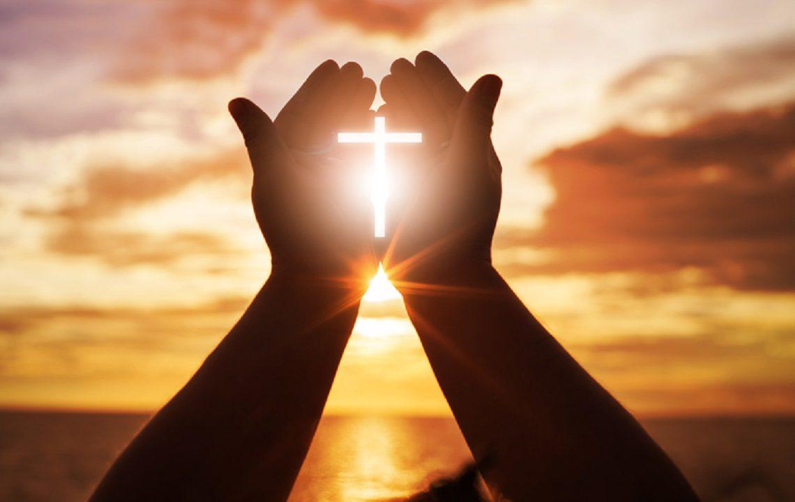 Rugăciune = sufletul pe palme oferit Sfintei Treimi, Tatăl, Fiul și Sfântul Duh. Vegheată mereu de Maica Domnului