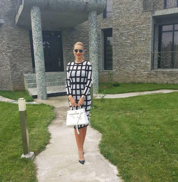 Simona Mărgăian, în fața vilei pe care o deține