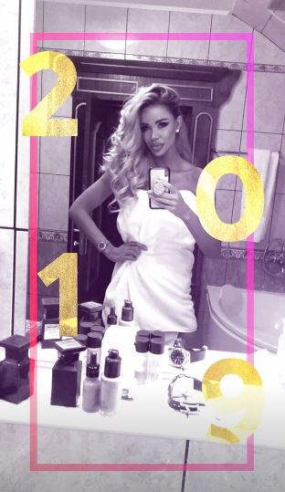 Aşa s-a pozat Bianca Drăguşanu în debutul Anului Nou, în baia sa, acoperită doar de un prosop, în faţa oglinzii