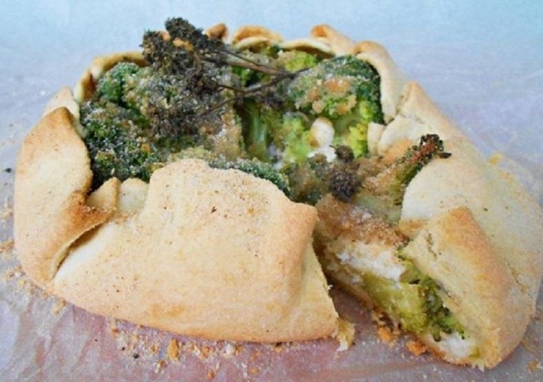 Tartă rustică cu brânză de vaci și broccoli, un deliciu care se face într-o oră!