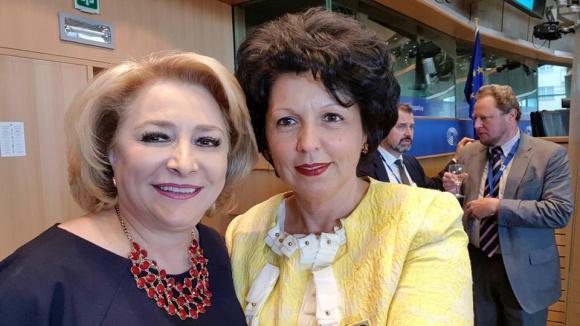 Cine este Gabriela-Daniela Coța, noul consilier al Vioricăi Dăncilă pe probleme de tineret și sport. În poză este Viorica Dăncilă și noua sa consilieră, Gabriela-Daniela Coța