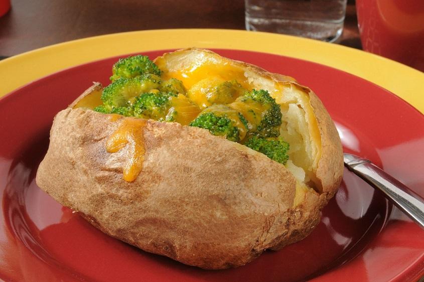 Cartofi copți umpluți cu broccoli, te lingi pe degete după ce-i mănânci!