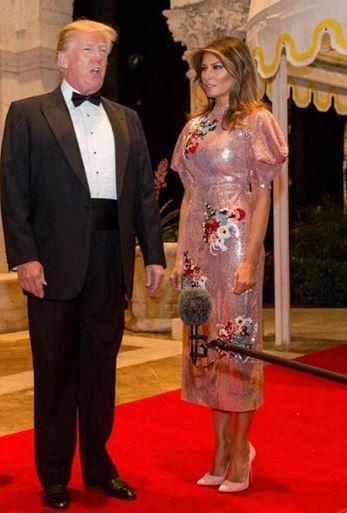 Rochia de timp kimono pe care Melania Trump a purtat-o la petrecerea de Revelion de anul trecut. În fotografie alături de Donald Trump, preşedintele Statelor Unite ale Americii