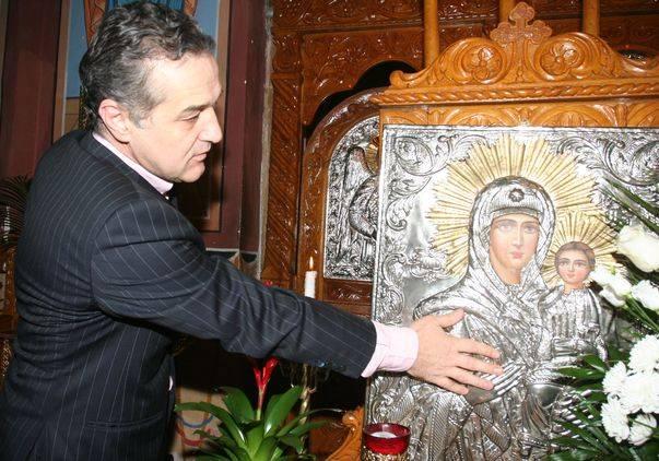 Gigi Becali, în biserică, atingând icoana Maicii Domnului
