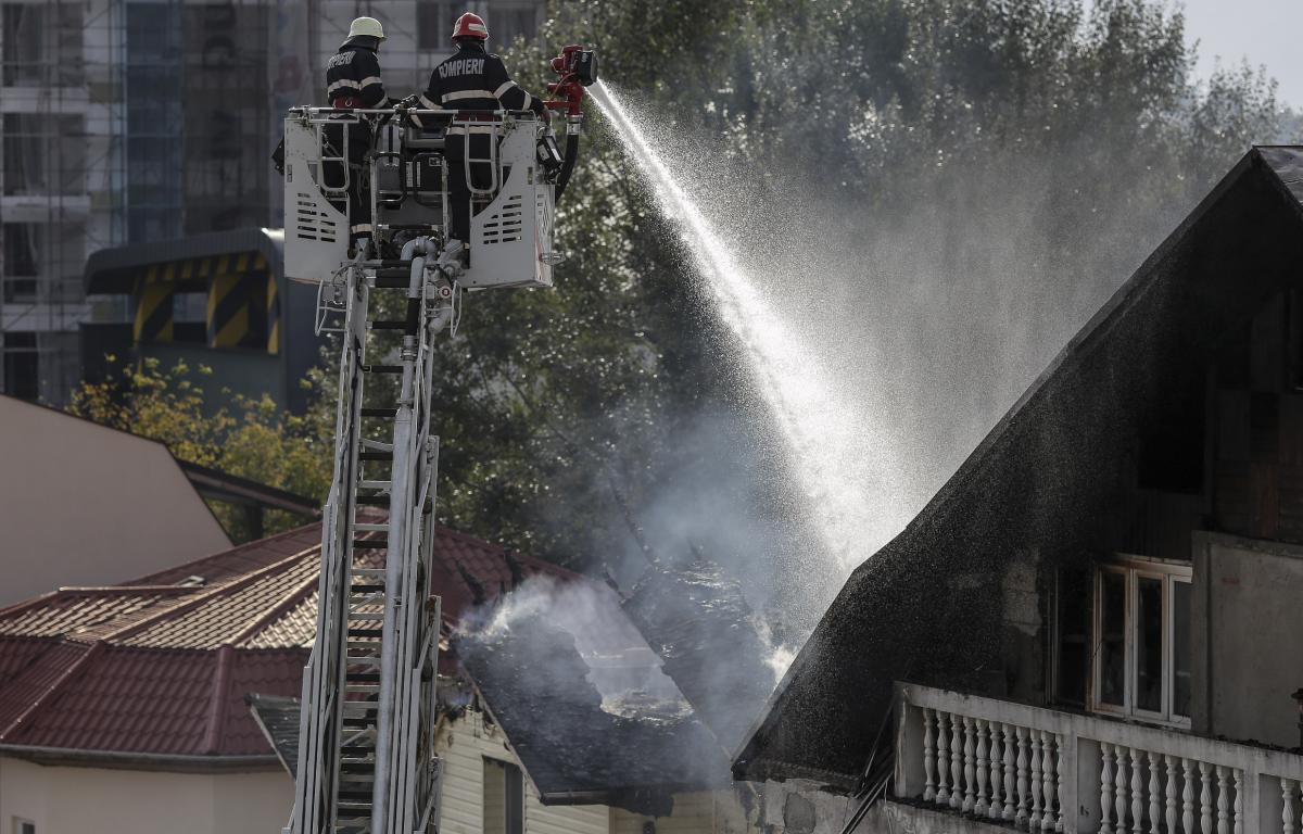 Incendiu violent la un azil de bătrâni din Suceava. A fost activat Planul Roșu