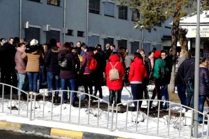 La protestul din fața spitalului au participat și bunicii copilului